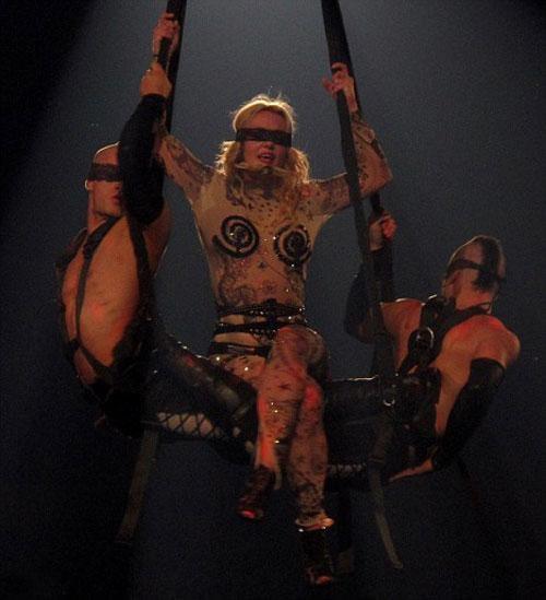 Выступления Спирс поддерживают шоу с участием жонглеров, акробатов и мастеров боевых искусств.
